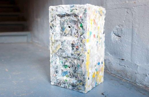 Empresa cria ''tijolos'' sustentáveis feitos com plásticos retirados do oceano